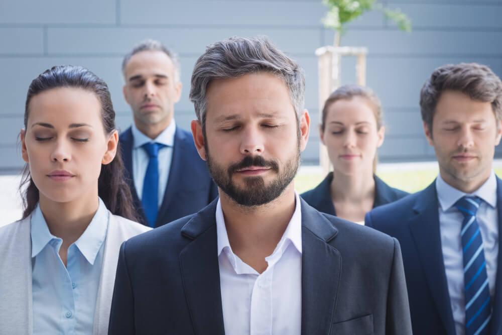 Grupo de empresários de olhos fechados